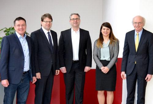 Oberbürgermeister Heiko Wingenfeld (2.v.r.) und IHK-Geschäftsführer Stefan Schunck (rechts) besuchten die it-novum