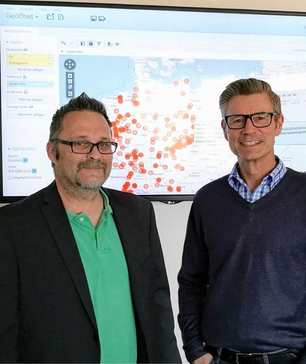 Michael Becker und Henry Liebrenz vor einer der Kartenvisualisierungen der Bundesbehörde